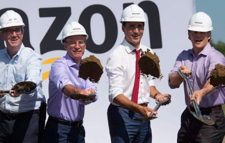 Première pelletée de terre pour l'entrepôt d'Amazon à Ottawa